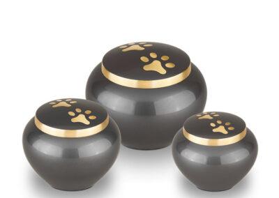 Messing urn laag model met 2 pootjes op deksel